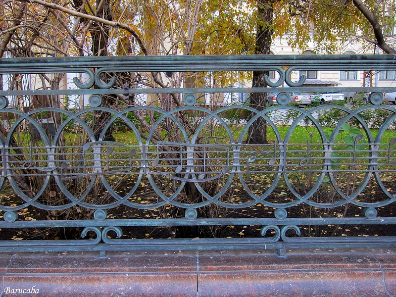 ограда у памятника Чайковскому