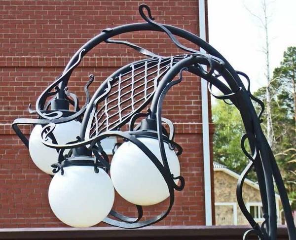 Садовый кованый светильник